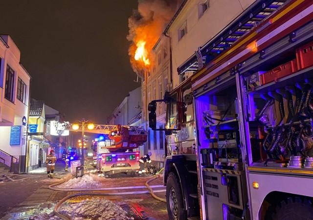 W centrum Nowego Tomyśla wybuchł tragiczny pożar kamienicy. Jedna osoba nie żyje, trzy są ranne.
