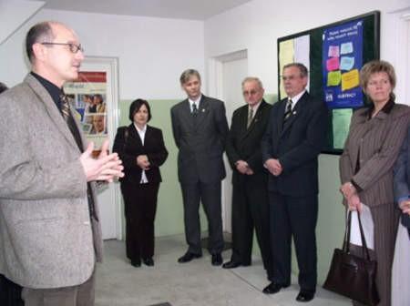 Otwarcie Klubu Pracy w Czersku. Na zdjęciu (od lewej) Wojciech Adamowicz, Elżbieta Singer, Przemysław Biesek, Stanisław Leszczyński, Marek Jankowski i Jolanta Nagórska.