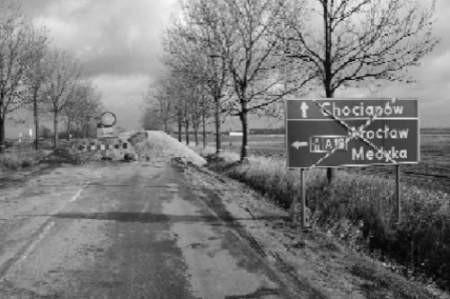 Tak wygląda dziś droga do gminy Gromadka. Te znaki mają zniknąć dopiero za 11 miesięcy. fot. Bernard Łętowski