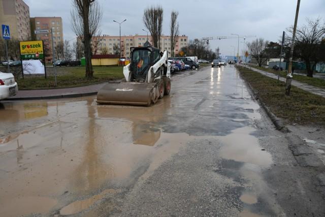 Przy ulicy Zapolskiej powstaje blok, a ciężarówki wyjeżdżające z budowy wywożą na kołach błoto, które spływa na całą ulicę. We wtorek pracowała tam specjalna maszyna czyszcząca jezdnię, ale mieszkańcy mówią, że to nie wiele daje.