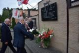 Gmina Gniewino. Złożono kwiaty pod tablicą upamiętniającą internowanych i wręczono odznaczenia państwowe - Krzyż Wolności i Solidarności