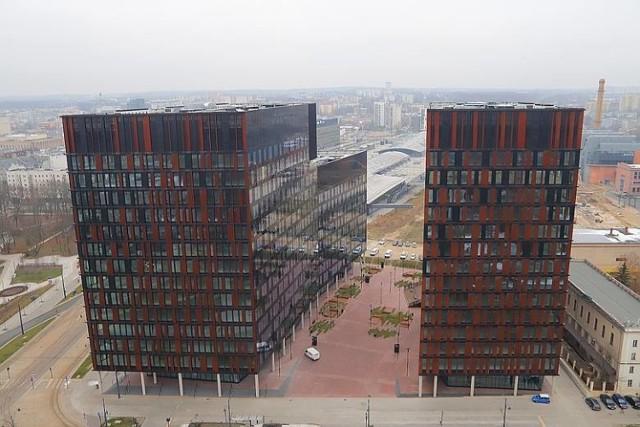 Mimo pandemii trwa budowa biurowców w Łodzi. W tym roku w stolicy województwa przybyło więcej powierzchni biurowych niż w poprzednim. Od początku roku Łódź zyskała 50,5 tys. mkw. przestrzeni biurowej, a kolejne 16 tys. mkw. jest w budowie i ma zostać ukończone jeszcze w tym roku. W 2019 roku w Łodzi oddano 60,5 tys. nowych biur.  Czytaj dalej