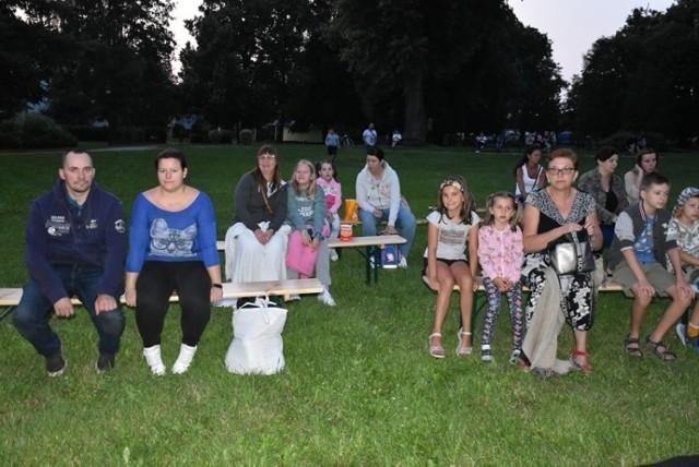 Na seans pod chmurką w unisławskim parku przyszli młodsi i starsi mieszkańcy