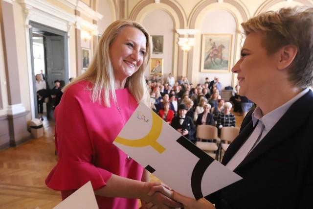 W auli III Liceum Ogólnokształcącego 121 pracowników oświaty władze Łodzi uhonorowały kwotą po 7 tys. zł brutto.
