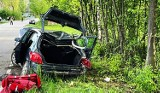 W Szczyrzycu auto uderzyło w drzewo i dachowało. Rannego zabrał śmigłowiec LPR [ZDJĘCIA]