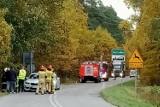 Wichura nad powiatem lublinieckim. Auto wjechało w powalone drzewo