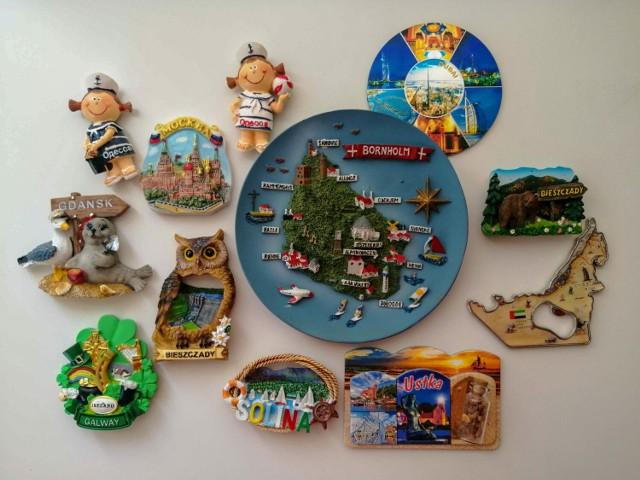 Kolekcja magnesów i innych pamiątek z wakacyjnych wyjazdów do różnych miast i regionów.