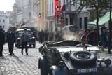 """Hitlerowskie symbole na starówce. W Toruniu kręcony jest film """"Filip"""""""