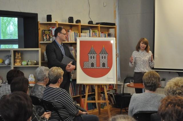 O herbach w ksiąskiej bibliotece z dr. Gerardem Kucharskim. Szykuje się zmiana ksiąskiego herbu.