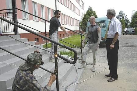 Wiktor Czucza (z prawej), kierownik dąbrowskiego Ośrodka Szkolenia i Wychowania, dogląda prac remontowych. Fot: Olgierd Gorny