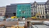 """Fasada nowej części hotelu Diament w Katowicach gotowa. Prace przeniosły się na elewację """"starego"""" budynku"""". Na dobudówce piękna cegła"""