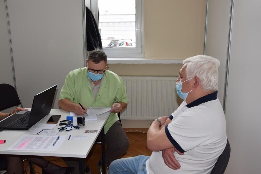 Doktor Wojciech Sokół podczas rozmowy z pacjentem.