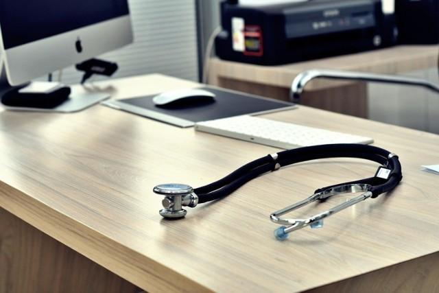 Lekarze to jedna z grup zawodowych, która późno przechodzi na emeryturę. Szacuje się, że w Polsce brakuje 68 tys. lekarzy różnych specjalizacji i 40 tys. pielęgniarek.  Wielu specjalistów pracuje mimo osiągnięcia wieku, dzięki temu świadczenia tych osób gdy już przejdą na zasłużoną emeryturę, są bardzo wysokie.   Warto pamiętać, że lekarze, często pracują w więcej niż jednym miejscu pracy, dzięki temu ich składki ZUS są zdecydowanie wyższe. Zobaczcie, na jakie świadczenia emerytalne mogą liczyć emerytowani lekarze.   Szczegóły na kolejnych zdjęciach >>>