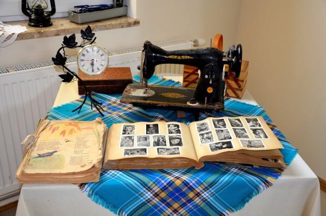 Maszyny do szycia, zastawy stołowe, łóżka, walizki, stroje ludowe, przybory kuchenne to tylko niektóre eksponaty, które można obejrzeć na wystawie w gminie Sanok.
