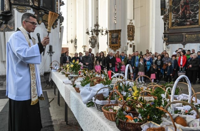 Episkopat Polski przekazał biskupom wytyczne. Z powodu epidemii koronawirusa nie będzie w tym roku m.in. święcenia pokarmów w Wielką Sobotę