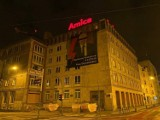 """W centrum Poznania zawisł baner z napisem """"Rzeźnik Praw Obywatelskich"""" i zdjęciem Bartłomieja Wróblewskiego"""
