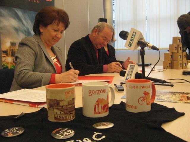 Wiceprezydent Gorzowa Alina Nowak i dyrektor Wojewódzkiej i Miejskiej Biblioteki Publicznej podpisują porozumienie ws. utworzenia Punktu Informacji Turystycznej