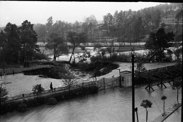 16 maja 1939 roku miała miejsce wielka powódź w Skarżysku - Kamiennej. Po wielodniowych, intensywnych opadach woda w rzece Kamionce wezbrała tak silnie, że nie wytrzymała grobla zalewu rejowskiego. Woda zalała osiedla Rejów i Skarżysko Zachodnie, niszcząc wszystko, co napotkała na swojej drodze.   Dzięki uprzejmości pana Jarosława Hakenberga publikujemy zdjęcia z tamtego czasu. Na jednej z fotografii uchwycony został moment przerwania grobli!   POLECAMY RÓWNIEŻ: Te imiona kiedyś były obciachem, a teraz biją rekordy popularności    ZOBACZ TAKŻE: Flesz - kranówka lepsza dla zdrowia i kieszeni  Źródło: vivi24