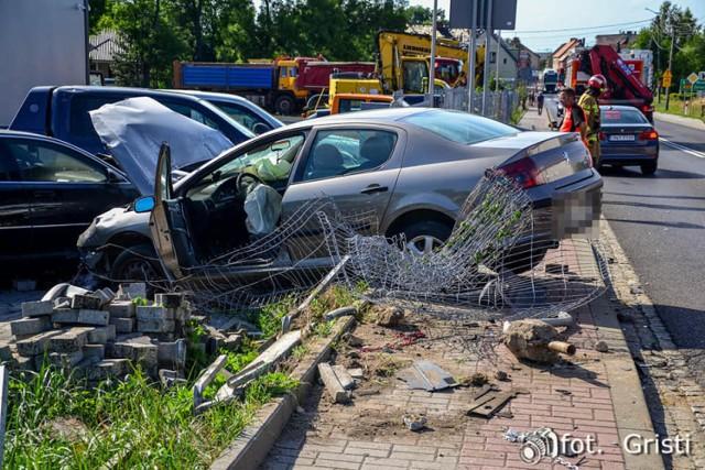 Wypadek w Skorogoszczy. Peugeot dachował, po czym zaczął się palić.