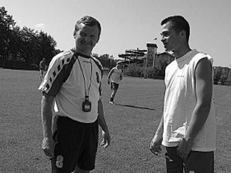 Trener Mandrysz (z lewej) zna się z Pawłem Stalmachem, pomocnikiem Beskidu, jeszcze z RKS Radomsko. Ale ulgowej taryfy nie ma. W tym tygodniu cały zespół mocno haruje.