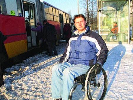 Na razie Tomasz Mateja nie zawsze jest w stanie skorzystać z autobusu komunikacji miejskiej, bo większość wozów nie jest do tego przystosowana. Mirosław Łukaszuk