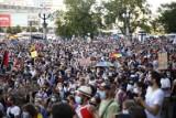 """Protest przeciwko homofobii w Warszawie. Tłumy pyta: """"Gdzie jest prezydent Trzaskowski?"""""""