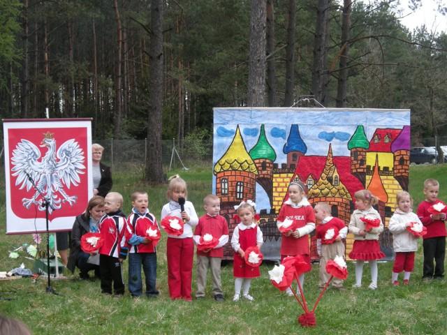 Jednym z elementów programu były patriotyczne występy artystyczne w wykonaniu dzieci