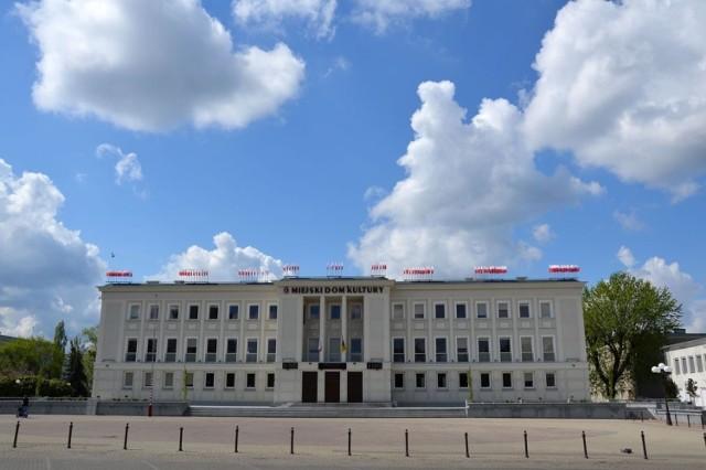 Plac Piłsudskiego przed Miejskim Domem Kultury to jeden wielki betonowy parking i to się zmieni w przyszłości
