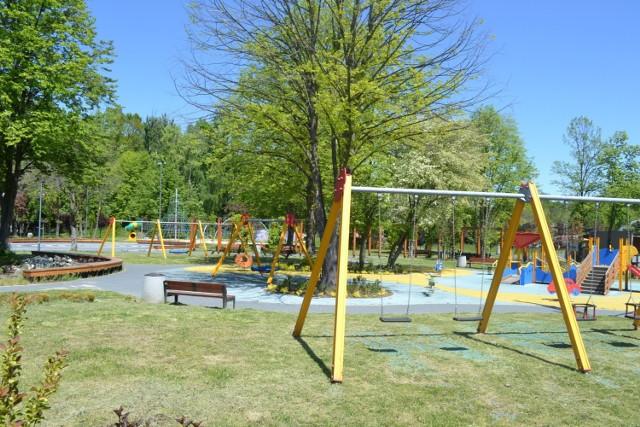 Plac zabaw w Parku Kuronia w Kazimierzu Górniczym jest już otwarty.   Zobacz kolejne zdjęcia. Przesuwaj zdjęcia w prawo - naciśnij strzałkę lub przycisk NASTĘPNE
