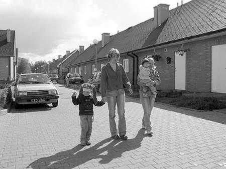 """Justyna Uszko z córką Julią i Dorota Biegańska z synem Damianem na osiedlu Spisaka, tuż za którym miały powstać kolejne mieszkania budowane przez ,Radimex""""."""