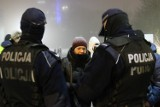 """Obowiązuje zakaz noszenia kominów. Policjanci też je mieli na twarzach. """"Pod spodem noszą maseczki"""""""