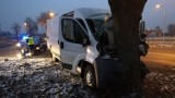 Zderzenie dwóch aut w Sieradzu. Renault wjechało w busa na skrzyżowaniu Jana Pawła II i 1 Maja (zdjęcia)