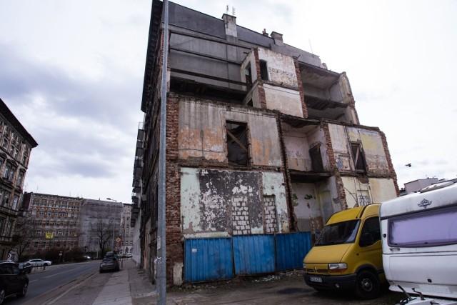 To ulica wielkich kontrastów. Obok nowego, prywatnego szpitala stoją ruiny kamienic.    Klikając w strzałkę zobacz na kolejnym zdjęciu wstydliwe miejsce Wrocławia