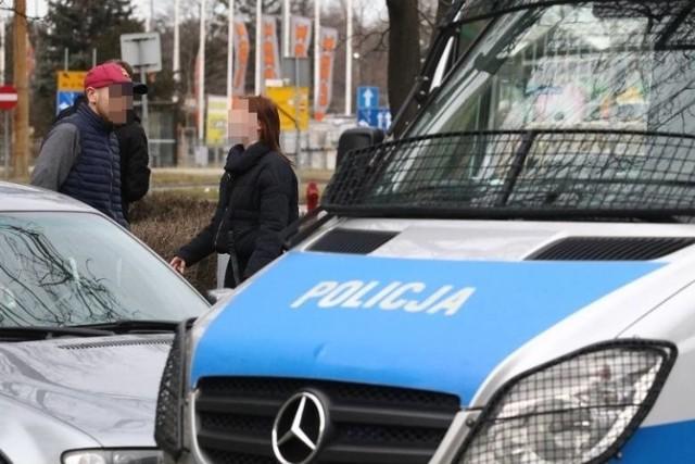 Wrocławska prokuratura postawiła dwóm mężczyznom zarzuty związane z seksualnym nękaniem nastolatki z okolic Chełmży. Grozi im do 3 lat więzienia.  >>>>>CZYTAJ DALEJ