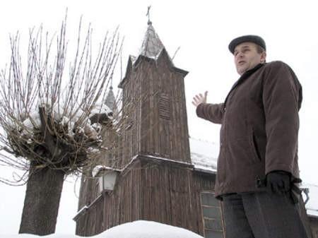 Mirosław Rabsztyn, zastępca wójta, pokazuje zabytkowy kościół, który już wkrótce zyska nową oprawę.