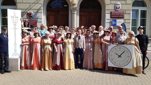 By wypromować zbiórkę pieniędzy na latarnię i zegar zaprojektowane ok. 160 lat temu zespół KPCEN nagrał film i zorganizował sesję zdjęciową w strojach stylizowanych na XIX-wieczne, które pozyskano dzięki Maciejowi Figasowi, dyrektorowi Opery Nova w Bydgoszczy.