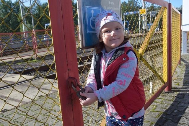 Julia  często jeździ z mamą do Świebodzina. Młodsze od niej dzieci, które mamy wożą w wózkach mają problem z przejściem na peron.