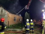 Pożar domu w Czempiszu. Interweniowało sześć jednostek straży pożarnej. ZDJĘCIA