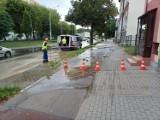 Awaria wodociągowa przy ul. Kartuskiej 13.09.2021 r. Służby SAUR pracują przy jej usunięciu. Spore problemy z dostawą wody