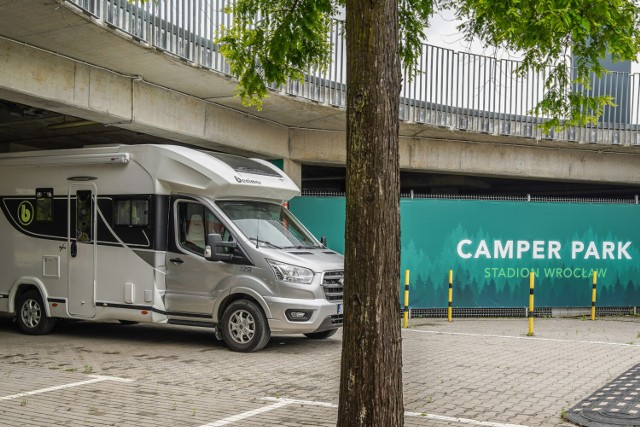 Camper Park na Stadionie Wrocław to przede wszystkim propozycja dla tych, którzy podróżując kamperem, chcieliby zatrzymać się w trasie na kilka dni, by zwiedzić Wrocław