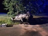 Dachowanie w Łąkcie Dolnej. Kierowca wypadł z drogi na zakręcie [ZDJĘCIA]