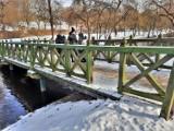 Drewniany mostek w parku w Koszalinie wciąż niszczeje