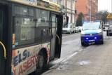 Chuligan uszkodził lusterko w autobusie. Słupska policja szuka sprawcy