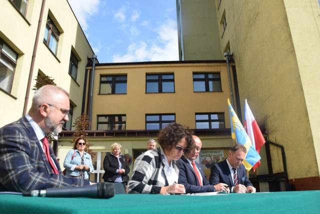 Podpisanie umowy pomiędzy powiatem pszczyńskim a gminą Pszczyna  dotyczącą współprowadzenia szpitala