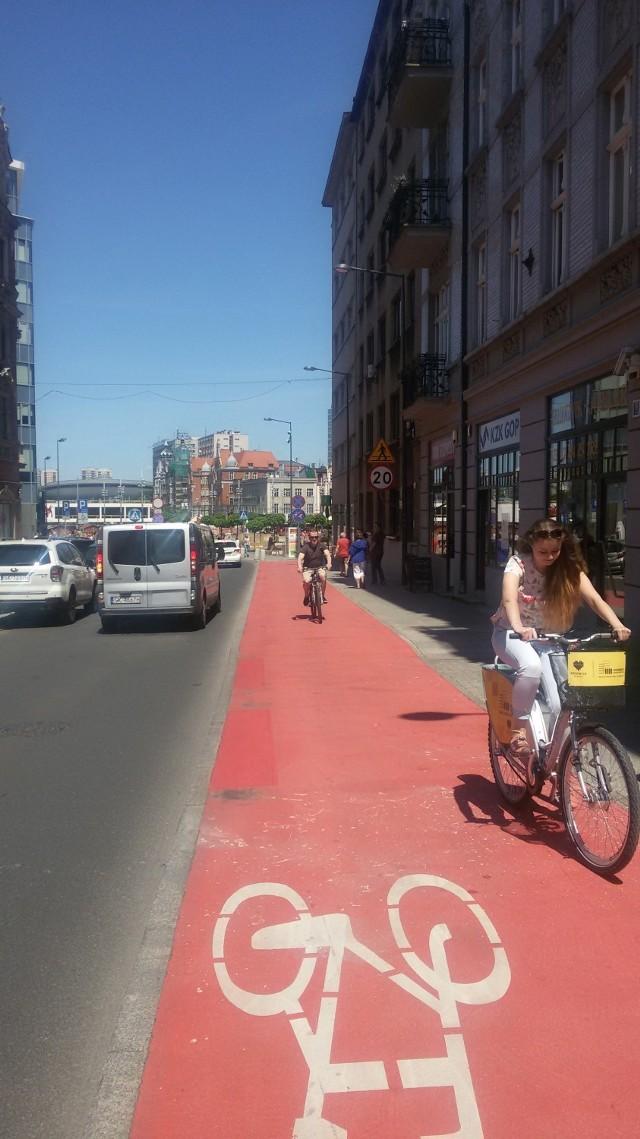 Są ulice w centrum Katowic na tyle szerokie, jak Pocztowa, że można wybudować ścieżkę rowerową na chodniku, ale są i takie, gdzie jedynym mozliwym rozwiązaniem jest kontraruch