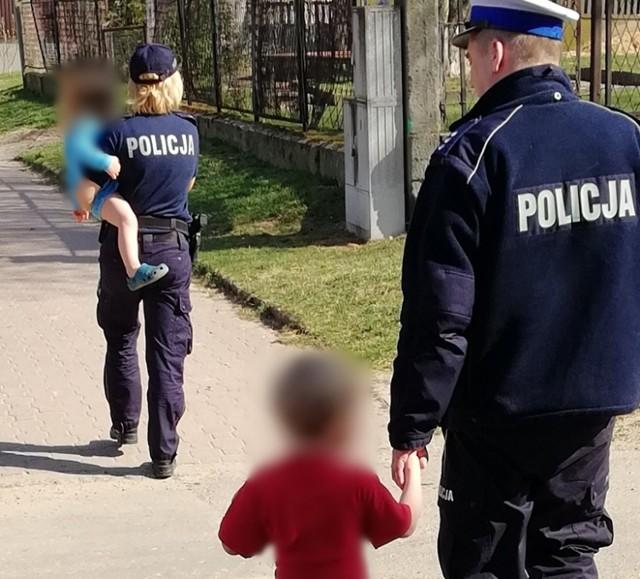 Dzieci same spacerowały po mieście. Policjanci pomogli wrócić im do domu