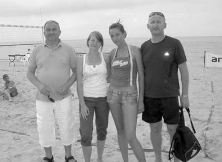 Od lewej Mirosław Przedpełski (prezez PZPS), Iza Soja i Martyna Wyrwas oraz ich opiekun Jacek Ostrowski.