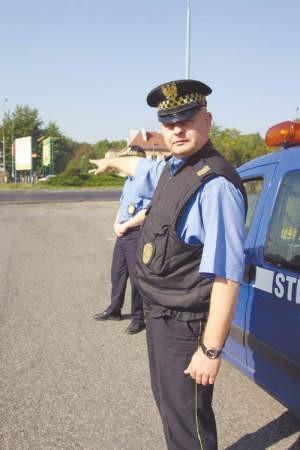 Strażnik Damian Wysocki i starszy inspektor Dariusz Leksowski przy parkingu, na który w sobotę nie można było wjechać a jeszcze bardziej skomplikowany był wyjazd.