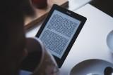 """Biblioteka w Nysie sprawiła """"mikołajkowy"""" prezent czytelnikom. Mają dostęp do ogromnej bazy ebooków"""