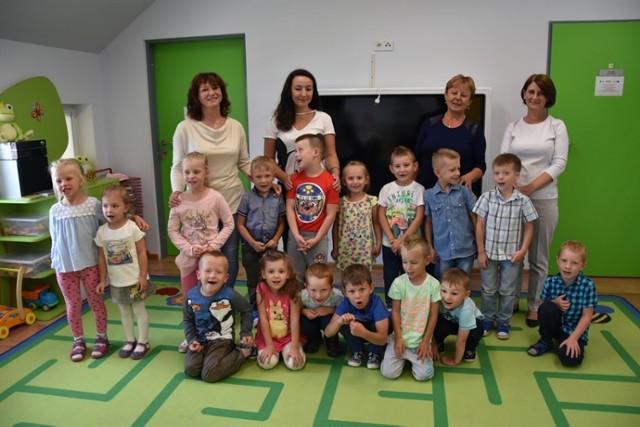 """Grupa """"Bursztynki"""" z Przedszkola Samorządowego w Kunicach na podium."""